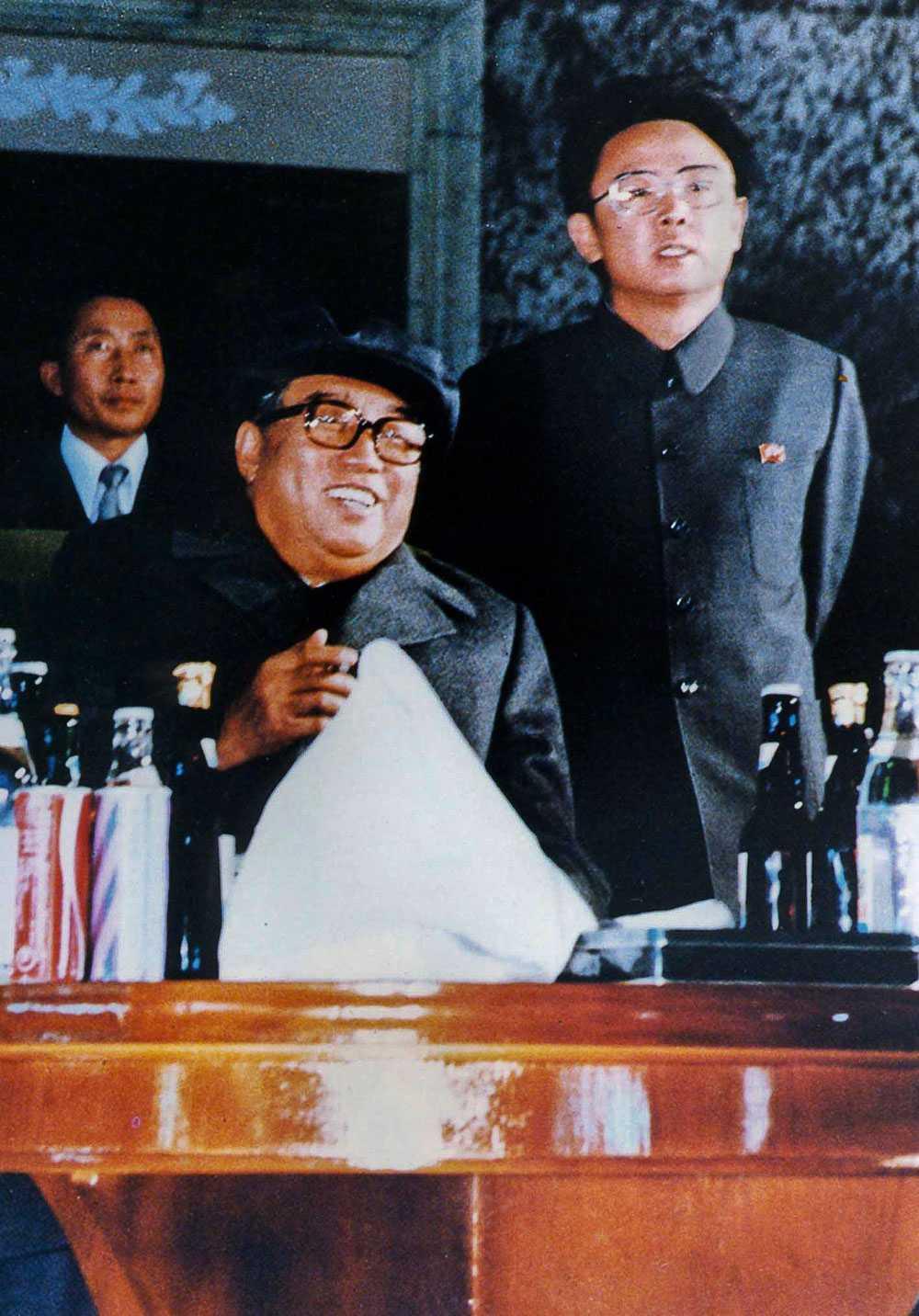 Kim Il-Sung, till vänster, bredvid sonen Kim Jong-Il.