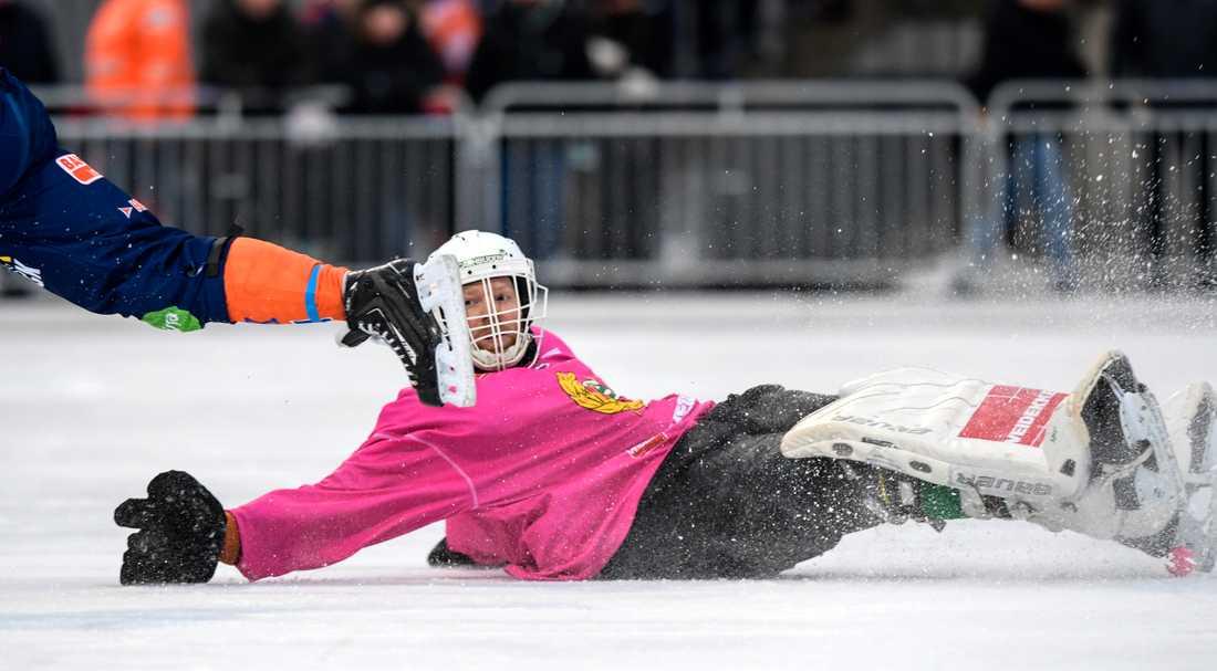 Patrik Hedberg gör en av många vassa räddningar i 6–1-segern över Bollnäs.