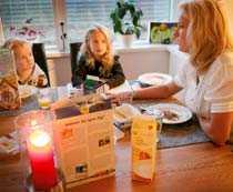 Frukostmöte. Helena Selinder har lärt sig släppa på sin egen mamma-koll under kursen. Syskonen Vendela och Henrik får till exempel hjälpa till med städningen hemma.