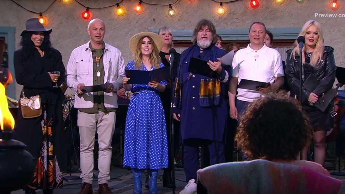"""De övriga artisterna sjunger """"Världen är din"""" för Magnus Uggla på 65-årsdagen."""