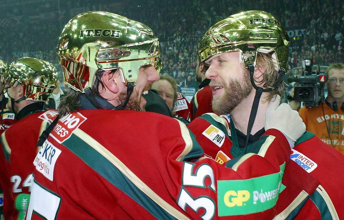 Kallio med Henrik Lundqvist efter guldet 2005.