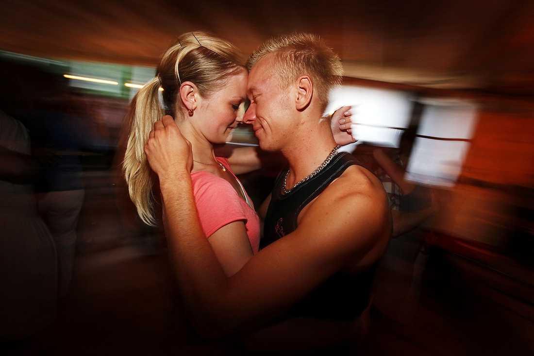 """Therese Hansson och Peter Mårtensson passar på att """"gnussa"""" (dansa tätt, panna mot panna)."""