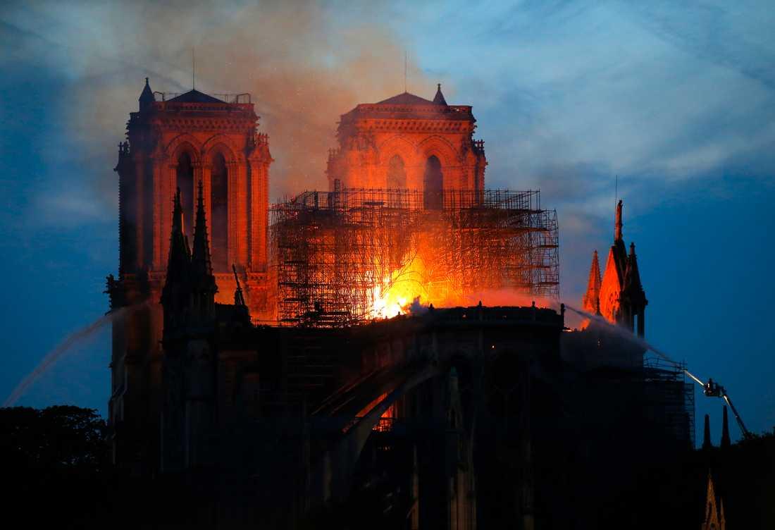 Över 400 brandmän kämpar för att rädda den ikoniska katedralen.