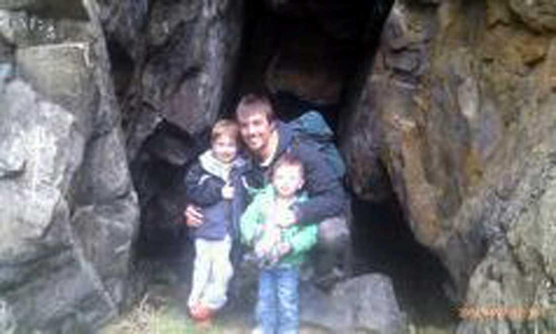 Syskonen Ewen och Jamie Beaton drunknade i  kanotolyckan. Här är de tillsammans med sin pappa Ewen Fraser Beaton, som fortfarande saknas.