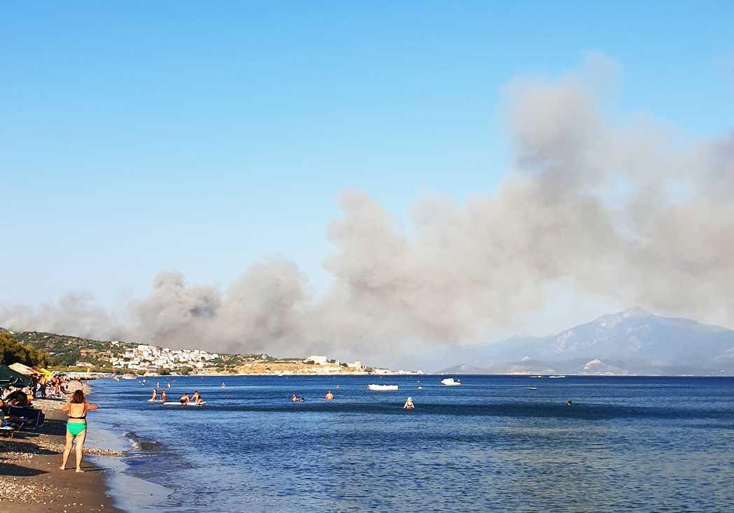 Röken från branden synten väl från stranden på östra sidan av Samos.