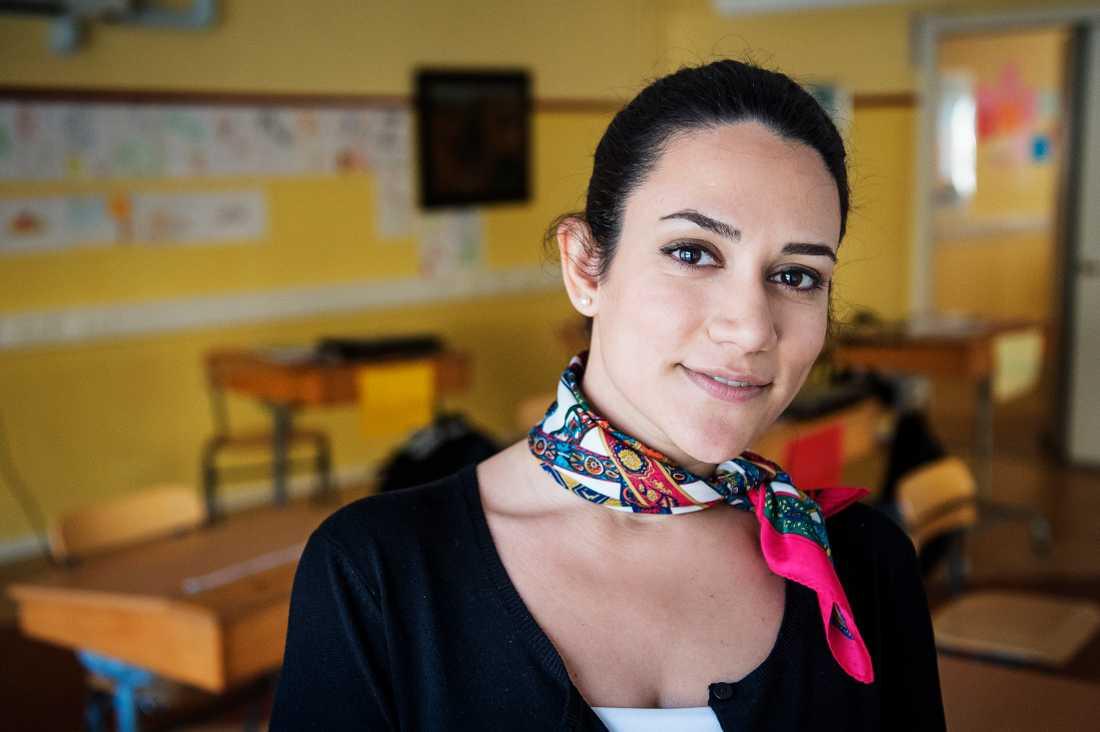 SFI-eleven Fahimah Ghadeni hjälper flyktingbarn att lära sig svenska.