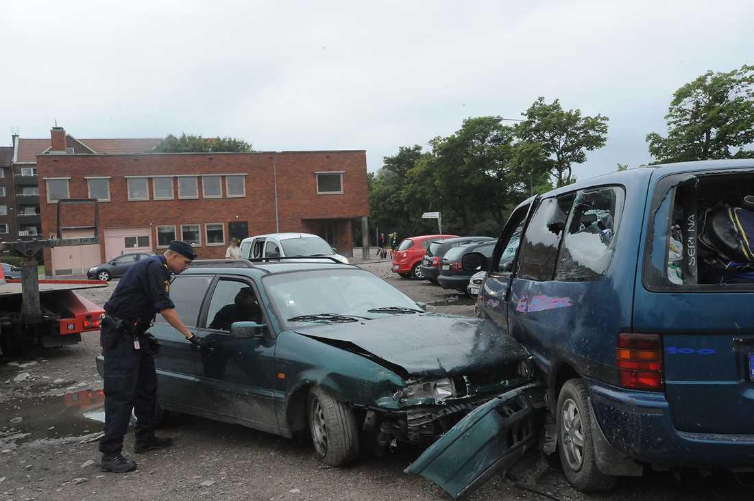 En bil rammade en annan bil.