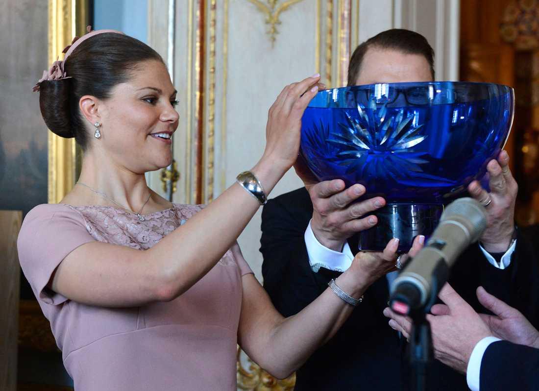 Sveriges landshövdingar gick ihop om en gemensam dopskål i östgötablått glas med slipade blåklintsblommor, tillverkad vid Reijmyre glasbruk i Östergötland, där Estelle är hertiginna.