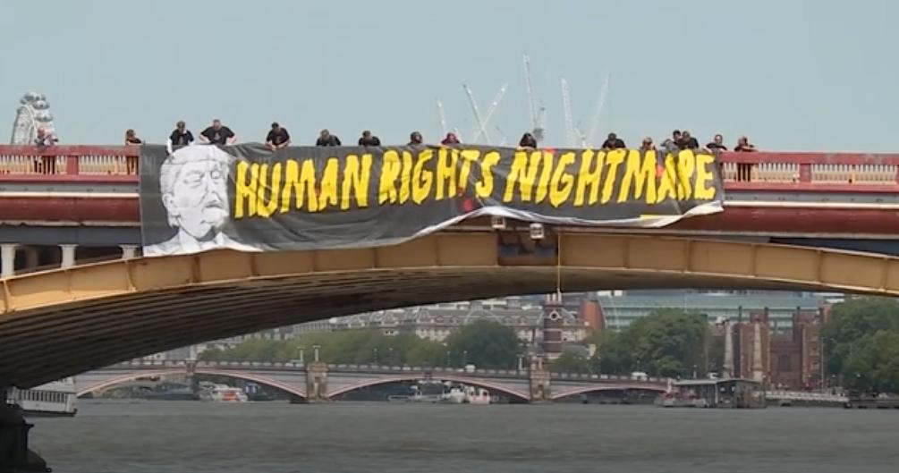 Amnesty protesterade mot Trump med en stor banderoll