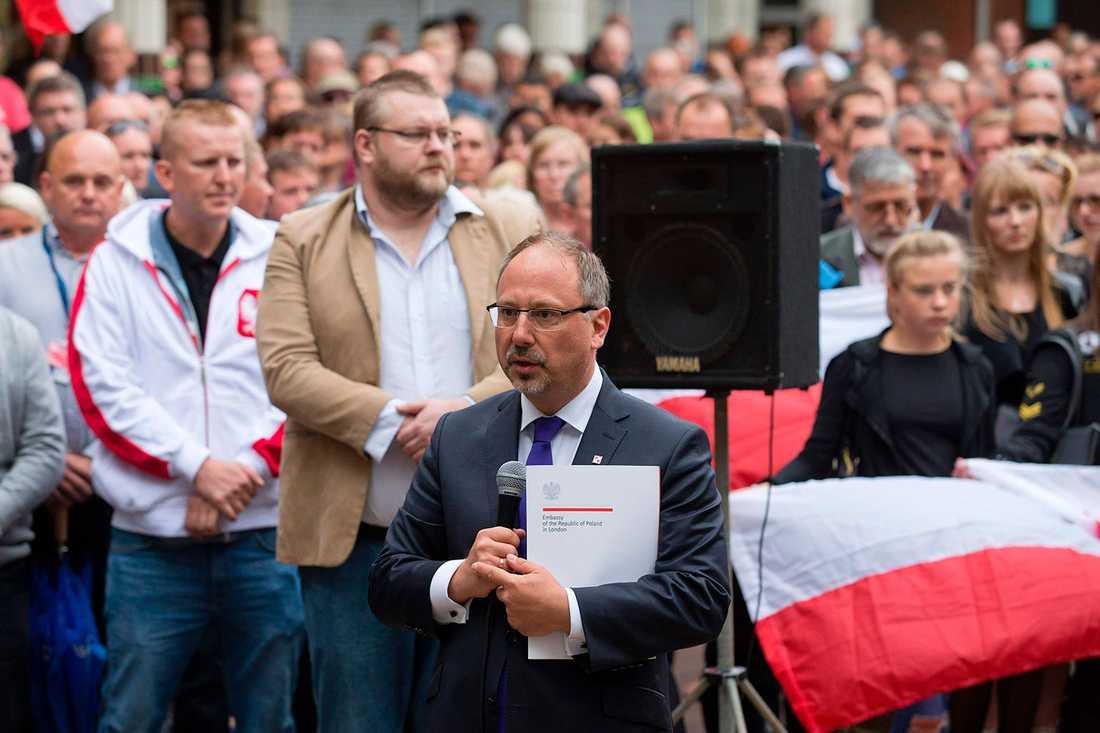 Den polska ambassadören Arkady Rzegocki talade före den tysta minuten.