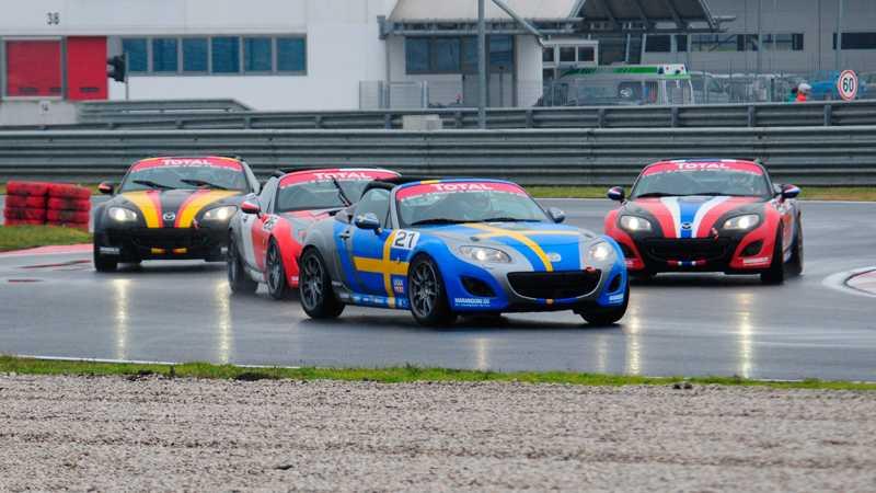 Med samma prestanda i alla bilarna blir det mycket tajt och rolig racing.