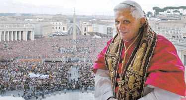 60 000 människor var samlade på Petersplatsen i Rom när det stod klart att en ny påve hade utsetts av kardinalerna. Länge var stämningen förvirrad eftersom det inte gick att avgöra om röken som kom ur skorstenen var svart eller vit. Men efter 45 minuter visade sig den nye påven, Joeph Ratzinger, numera Benedictus XVI.