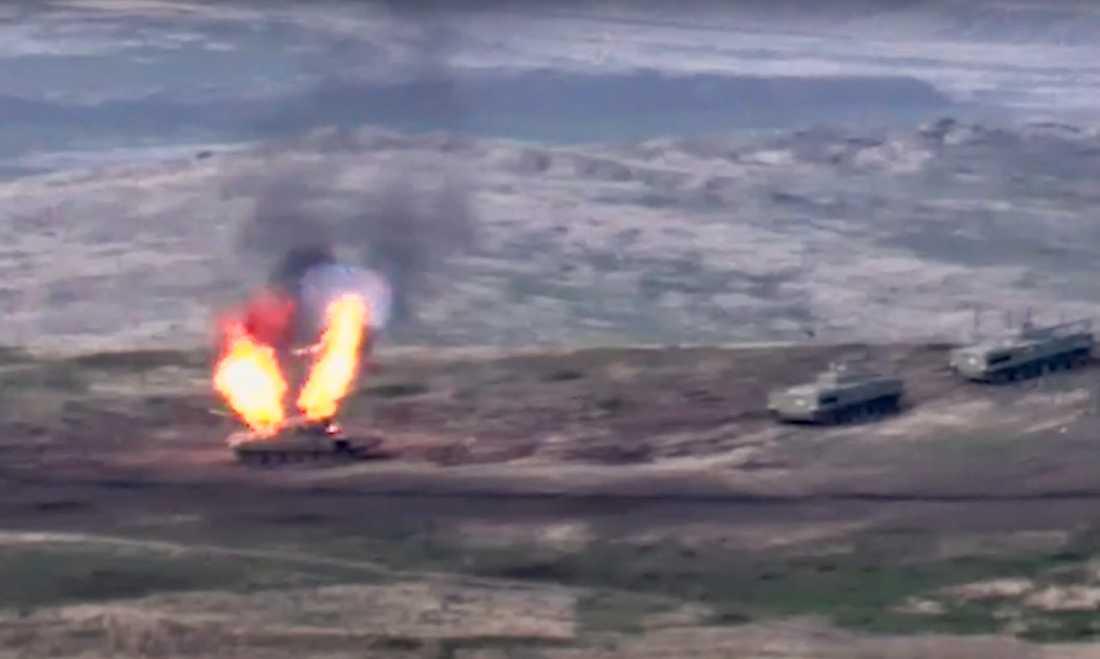 En azerisk stridsvagn exploderar, på denna stillbild från en video distribuerad av Armenien.