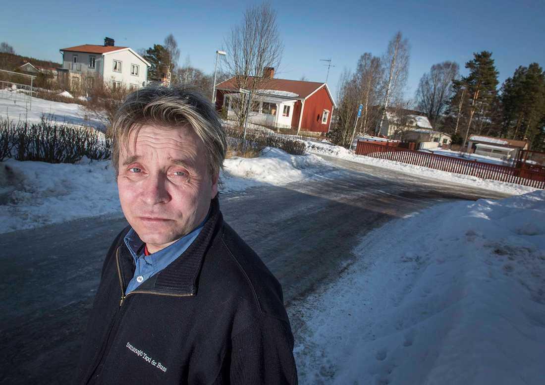 Björn Fors, 47, tror att någon kört på mannen, eller kastat ut honom ur en bil.