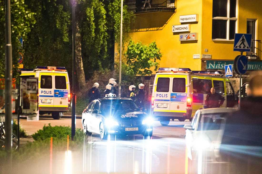 Polisen omhändertog 10-15 högerextrema personer i Mälarhöjden söder om Stockholm.