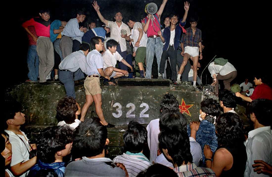 Civila som klättrat upp på ett pansarfordon nära Himmelska fridens torg i Peking, natten mot den 4 juni 1989. Arkivbild.