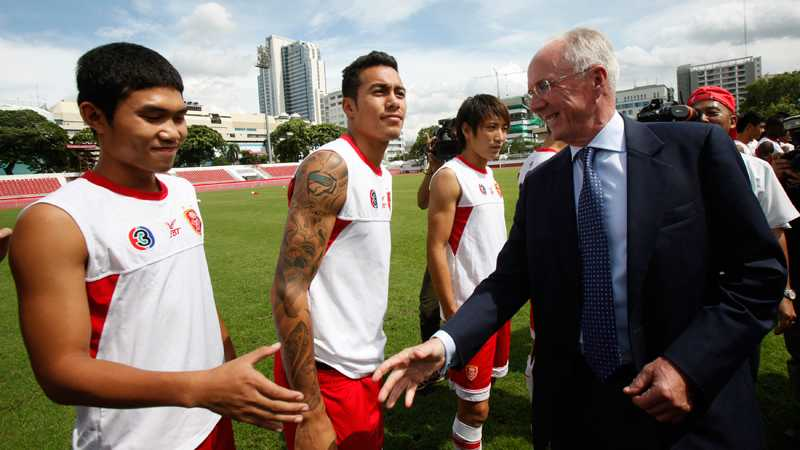 Svennis hälsar på spelarna i nya klubben BEC Tero Sasana.
