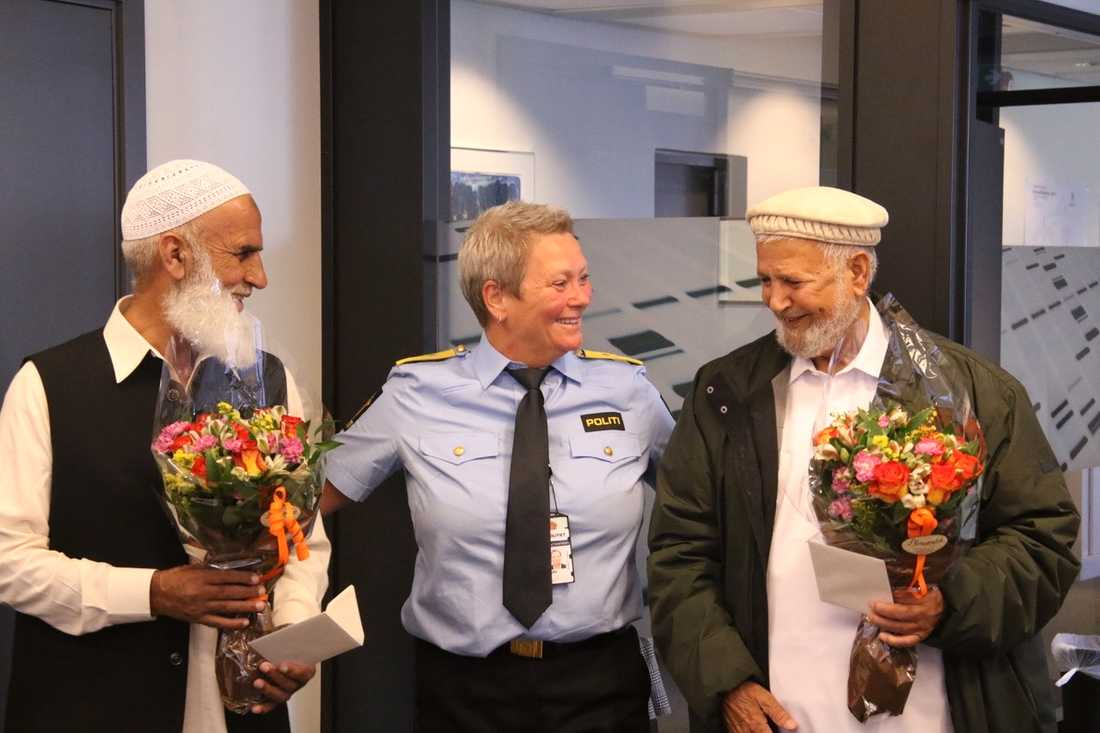 Muhammad Rafiq, till vänster, och Mohammad Iqbal Javed, till höger, då de hyllades av polischefen Beate Gangås i augusti i fjol för att de lyckades stoppa terrorattacken mot al-Noormoskén.