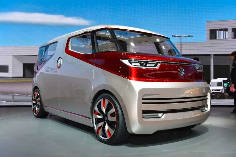 """Suzuki Air Triser är en minibuss med tre sätesrader som ska ge """"värden utan föregångare"""".  Skälet till att den lilla bilen ska vara så värdefull är att när man inte åker i den så ska man kunna konfigurera sätena i """"avslappningsläge"""" eller """"loungemode"""". Detta genom att sätessofforna kan formas på olika sätt. Passagerare kan även njuta av en bioupplevelse då en av sidorna inne i bilen kan agera filmduk… Bilen må vara minimal med europeiska mått mätt (4,2 meter) men är en bjässe i Kei-car-japan."""