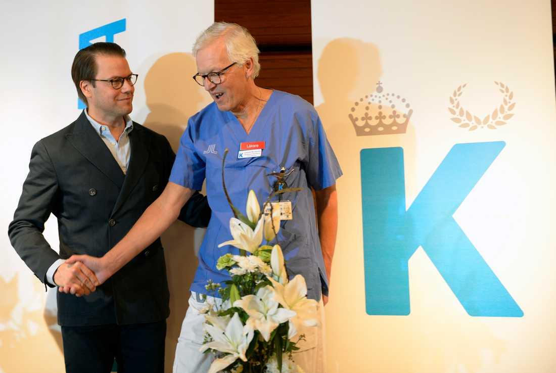 Prins Daniel tackar förlossningsläkaren Lennart Nordström