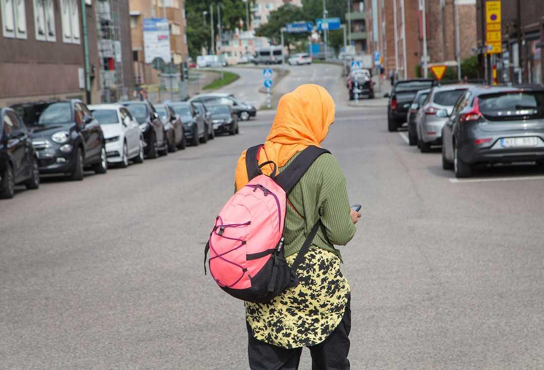 Vill vuxna kvinnor bära slöja är det deras ensak. Men då skolan ska vara religionsfri bör också skolbarnen vara befriade från religiöst tvång, anser Jan Guillou.