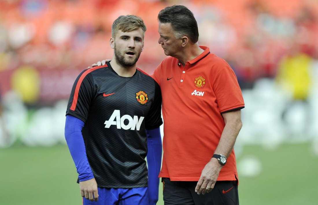 Uniteds coach Louis van Gaal och backen Luke Shaw.