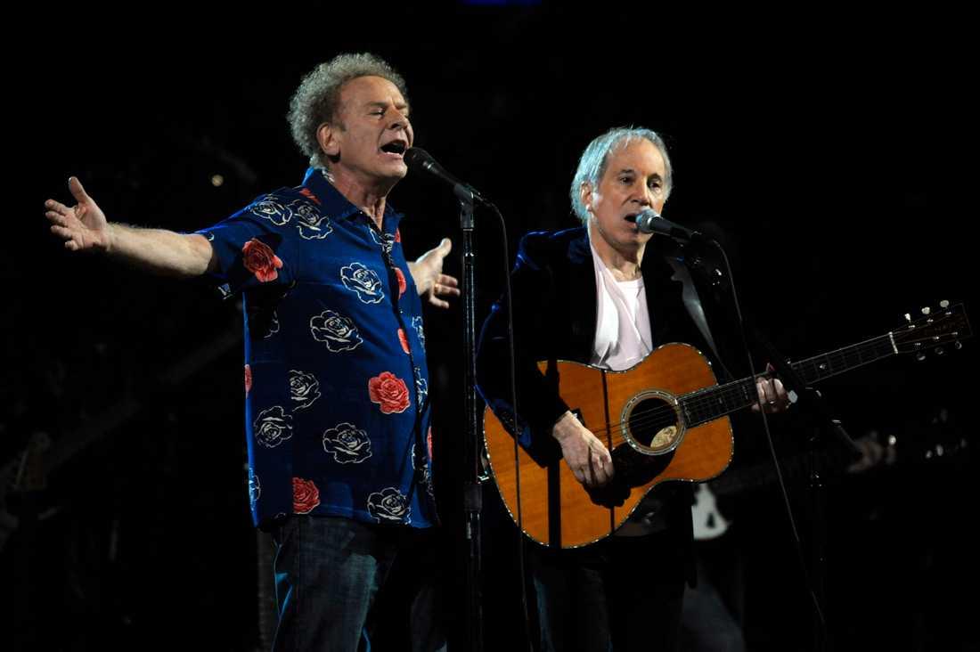 Paul Simon, till höger, tillsammans med mångåriga parhästen Art Garfunkel  vid ett bejublat framträdande under 25-årsjubileet av Rock & Roll hall of Fame-konserten i Madison Square Garden i New York 2009.
