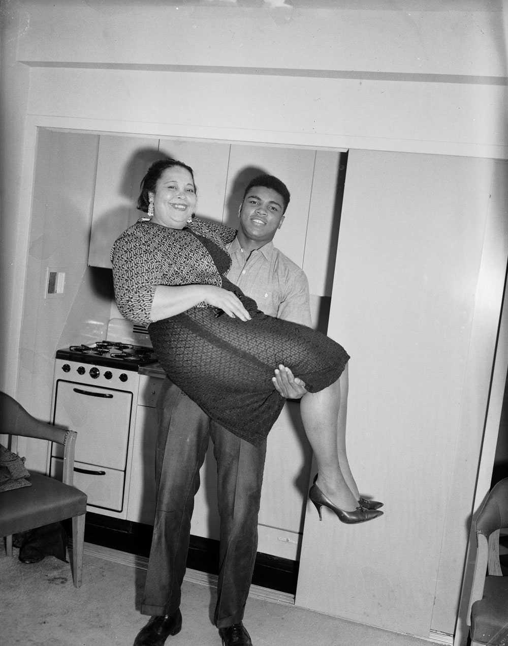 MAMMAS POJKE Cassius Clay lyfter upp sin mamma Odessa Grady Clay i luften i ett hotellrum i Pittsburgh.