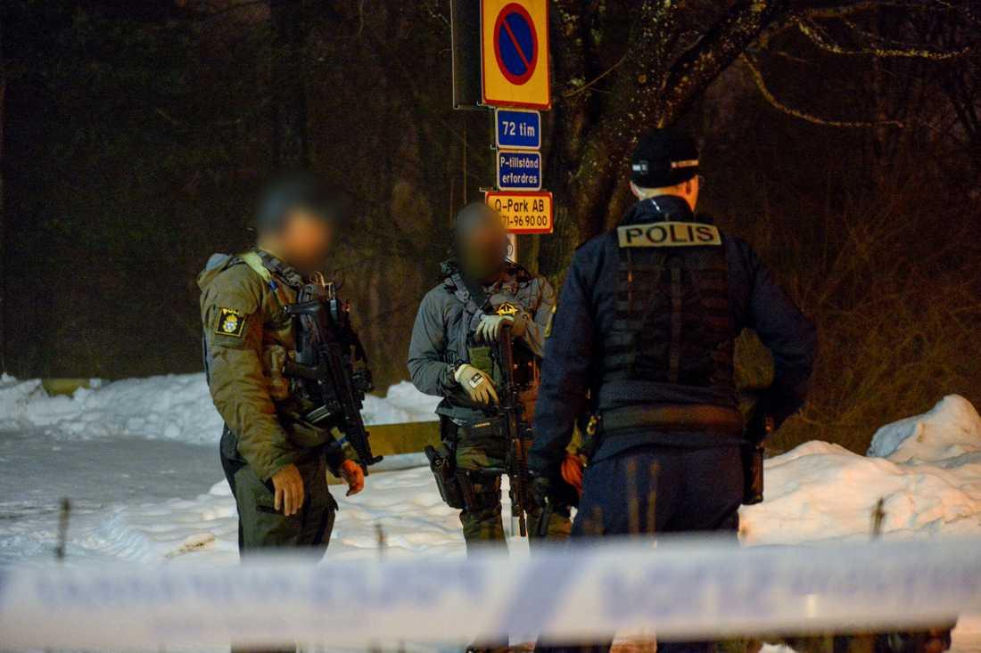 Flera polispatruller sökte i området efter gärningsmännen, bland annat med hundar.