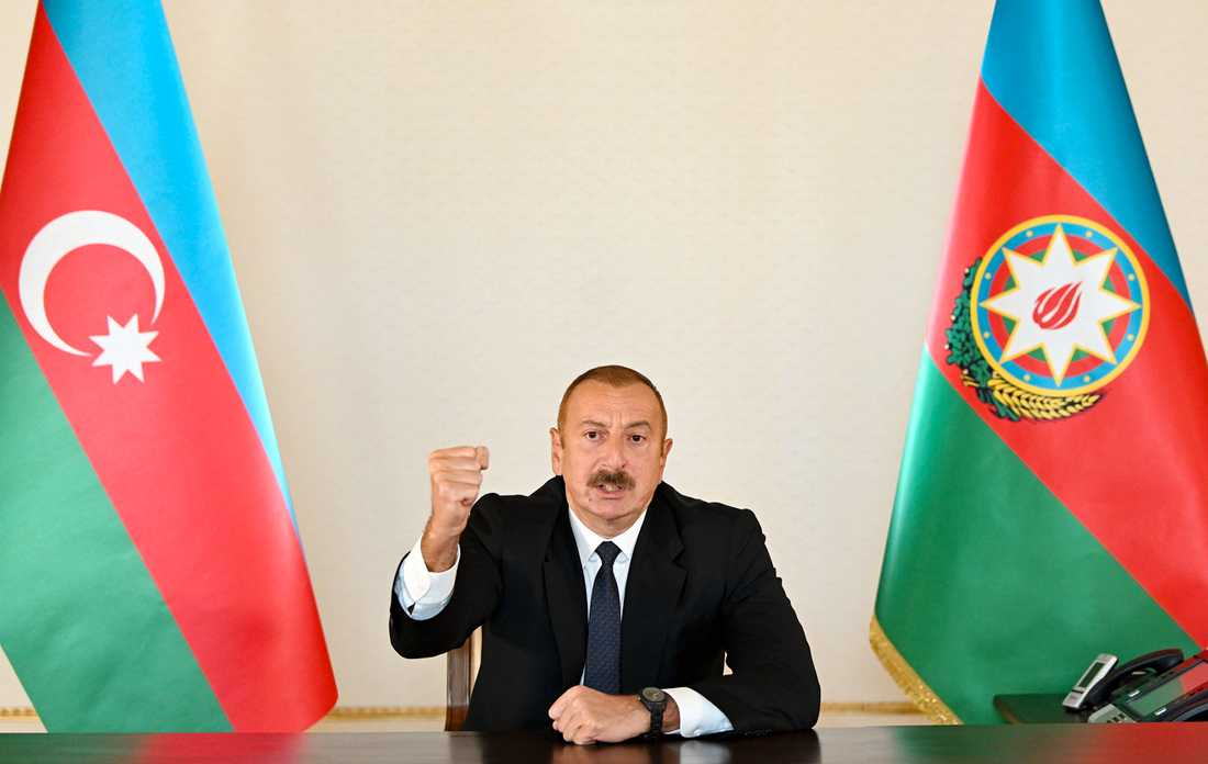 Azerbajdzjans president Ilham Aliyev i ett tal till befolkningen. Landets parlament har antagit krigslagar och infört utegångsförbud.