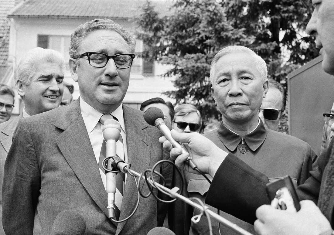 Henry Kissinger (till vänster) och Nordvietnams kommunistledare Le Duc Tho utsågs 1973 till fredspristagare. Arkivbild.