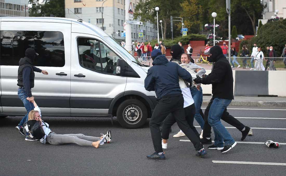 Många vittnesmål stämmer överens: Maskerade män släpar människor till skåpbilar och kör iväg dem.