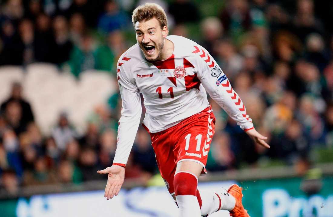 Danmarks Nicklas Bendtner jublade efter sitt 5–1-mål på straff borta mot Irland i playoff-spelet till fotbolls-VM i Ryssland.