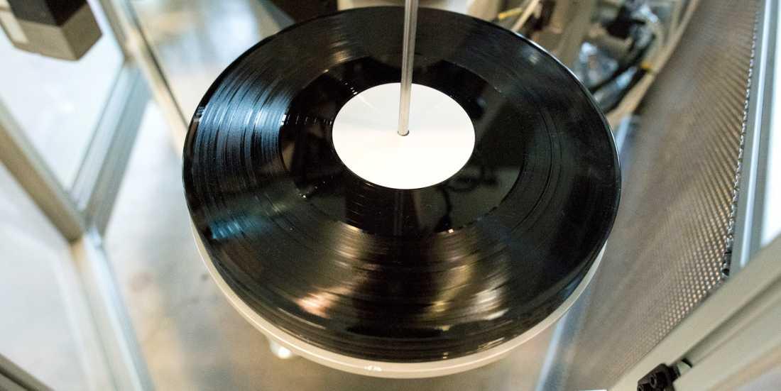 Vinylpress anno 2018 från nyöppnade skivfabriken Spinroad Vinyl Factory i Lindome. Vinylboomen fortsätter och landets äldsta skivbutik med vinyl över disk finns i Umeå.