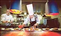 Fredrik Jungblut, 24, och Morgan Girand, 20, jobbar också på den norska finkrogen. Här är alla i köket svenskar.