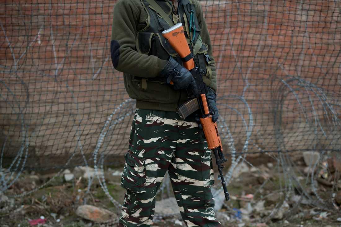 En indisk paramilitär soldat står vakt utanför basen i Srinagar, i den Indienkontrollerade delen av Kashmir. Arkivbild.