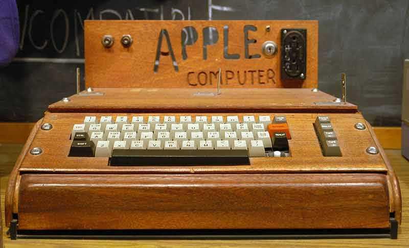 Nummer ett Apple I, också känd som Apple-1, var Apples första produkt och visades upp för världen i april 1976. Steve Wozniak konstruerade och byggde den för hand och Steve Jobs sålde den.