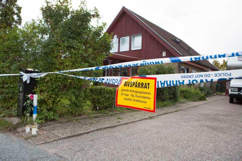 Den 23-åriga kvinnan passade ett hus söder om Malmö när den misstänkte ex-pojkvännen plötsligt dök upp och högg henne till döds.