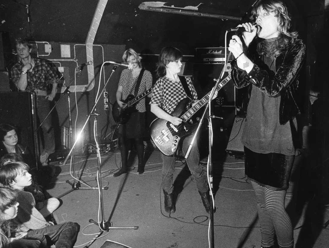 Tant Strul på Musikverket i Stockholm 1981. Gitarristen Kajsa Grytt  längst bak, basisten Liten Falkenholm i mitten och sångerskan Kärsti Stiege närmast kameran.