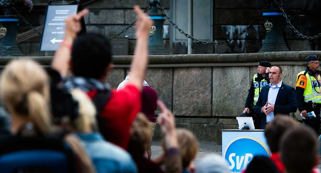 bara spillror kvar Tvåtusen motdemonstranter mötte Svenskarnas partis ledare Stefan Jacobsson i Göteborg för en vecka sedan. Bara ett tiotal nazister fanns på plats.  Foto: Anders Deros