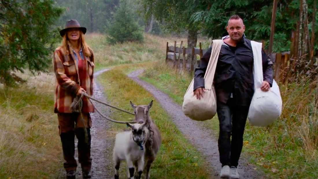 """Lulu Carter och Håkan Hallin gör entré i """"Farmen VIP""""."""