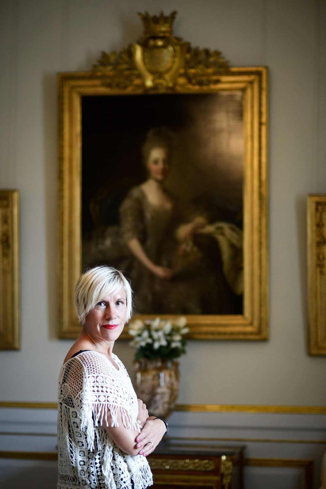 """Inspirerades av tavla Idén till """"Barnbruden"""" fick Anna Laestadius Larsson när hon såg tavlan av Hedvig Elisabeth Charlotta på Drottningholms slott. Den är målad 1775 av Alexander Roslin, och prinsessan bär sin brudklänning. – Jag kände direkt att hon var historien för min bok."""