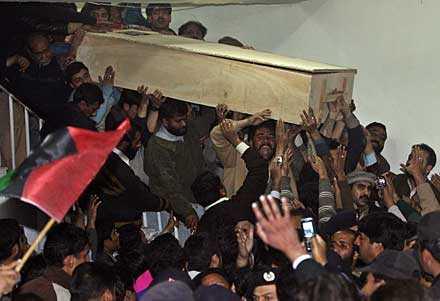 Anhängare bär Benazir Bhuttos kista från sjukhuset.