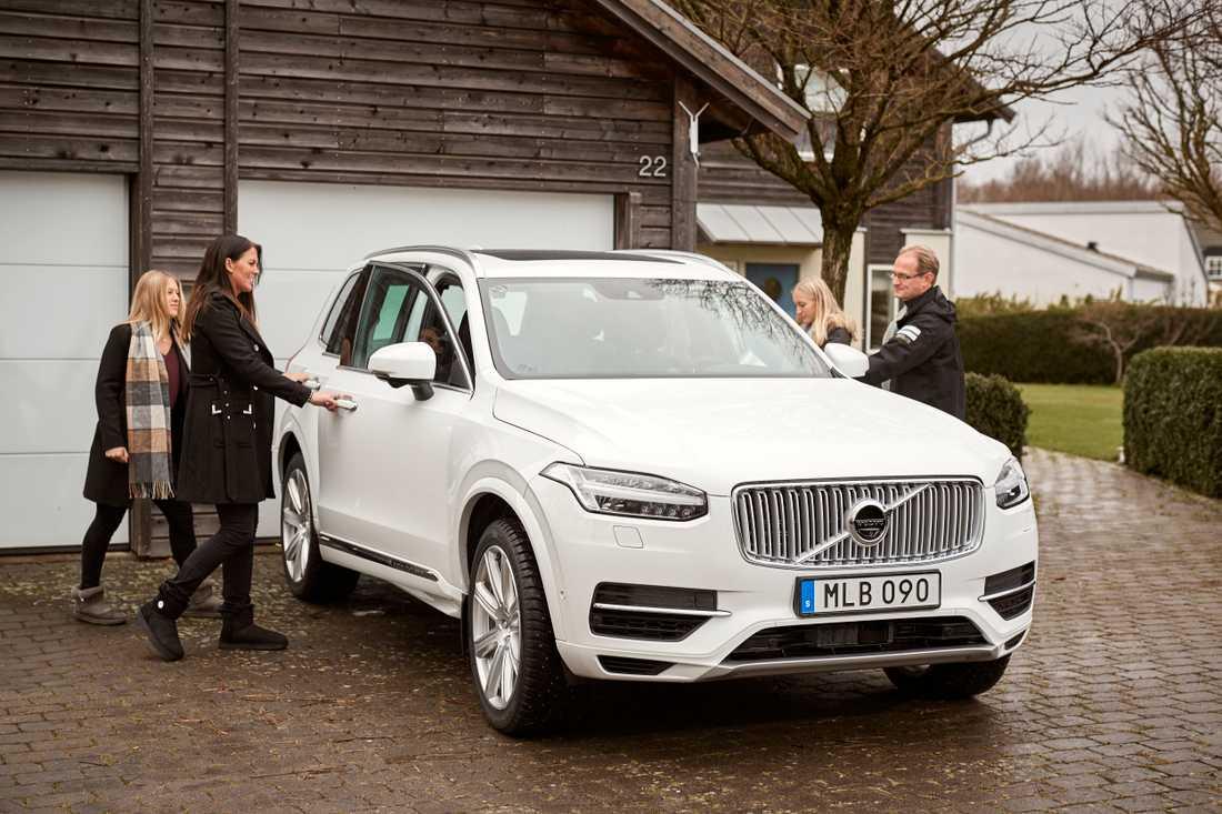 Familjen Hain, som bor söder om Göteborg, är en av de första som fått en testbil i projektet Drive Me. Syftet är att utveckla självkörande bilar, men till Paula Hains dröm om att sova vid ratten är det en bit kvar. Från vänster Smilla, Paula, Filippa och Alex Hain.