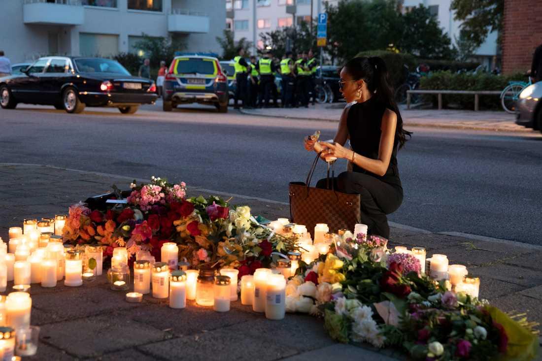 """Den mördade kvinnans vän var en av dem som besökte platsen under tisdagen. """"Jag förstår inte vem som kan göra något sådant här"""", säger hon."""