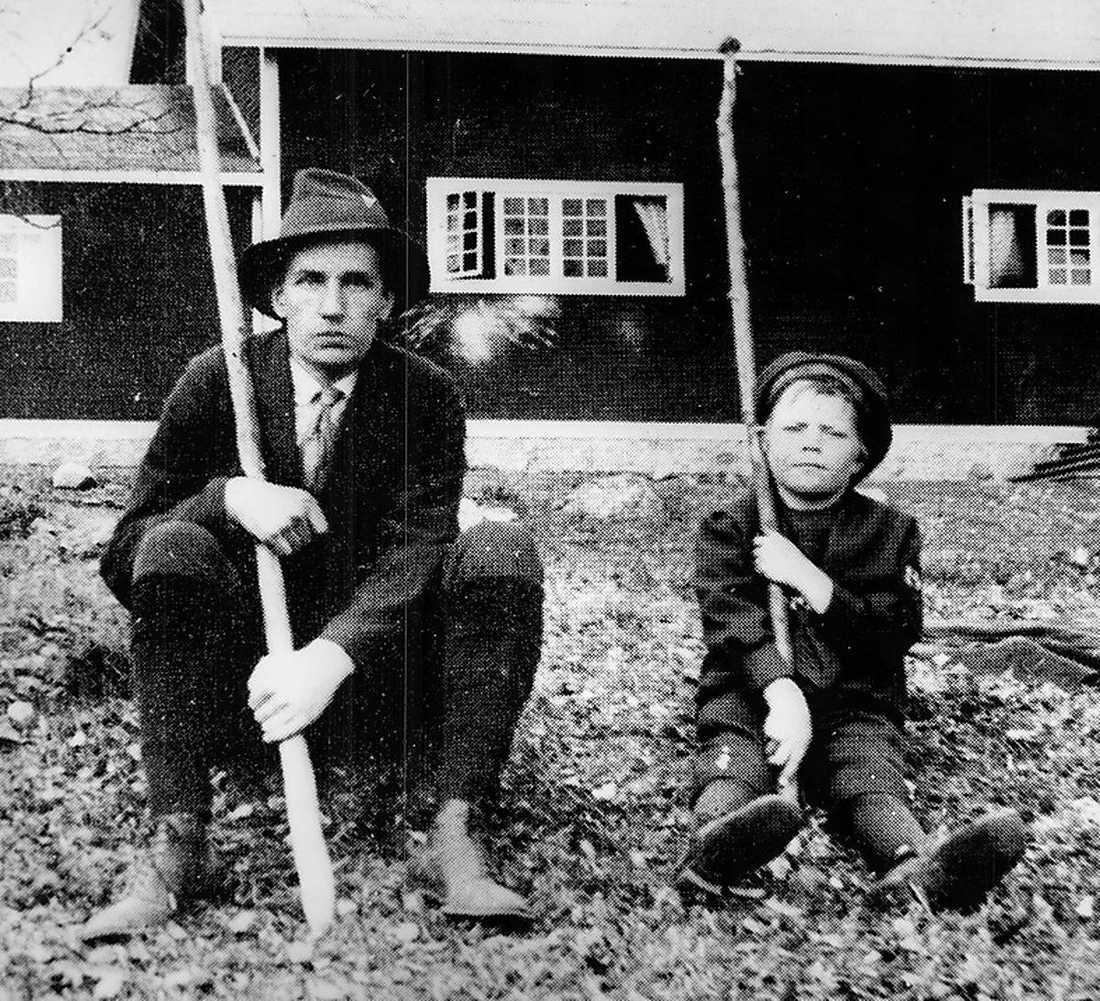 Diktaren Dan Andersson med okänd pojke vid Brunnsvik 1917.