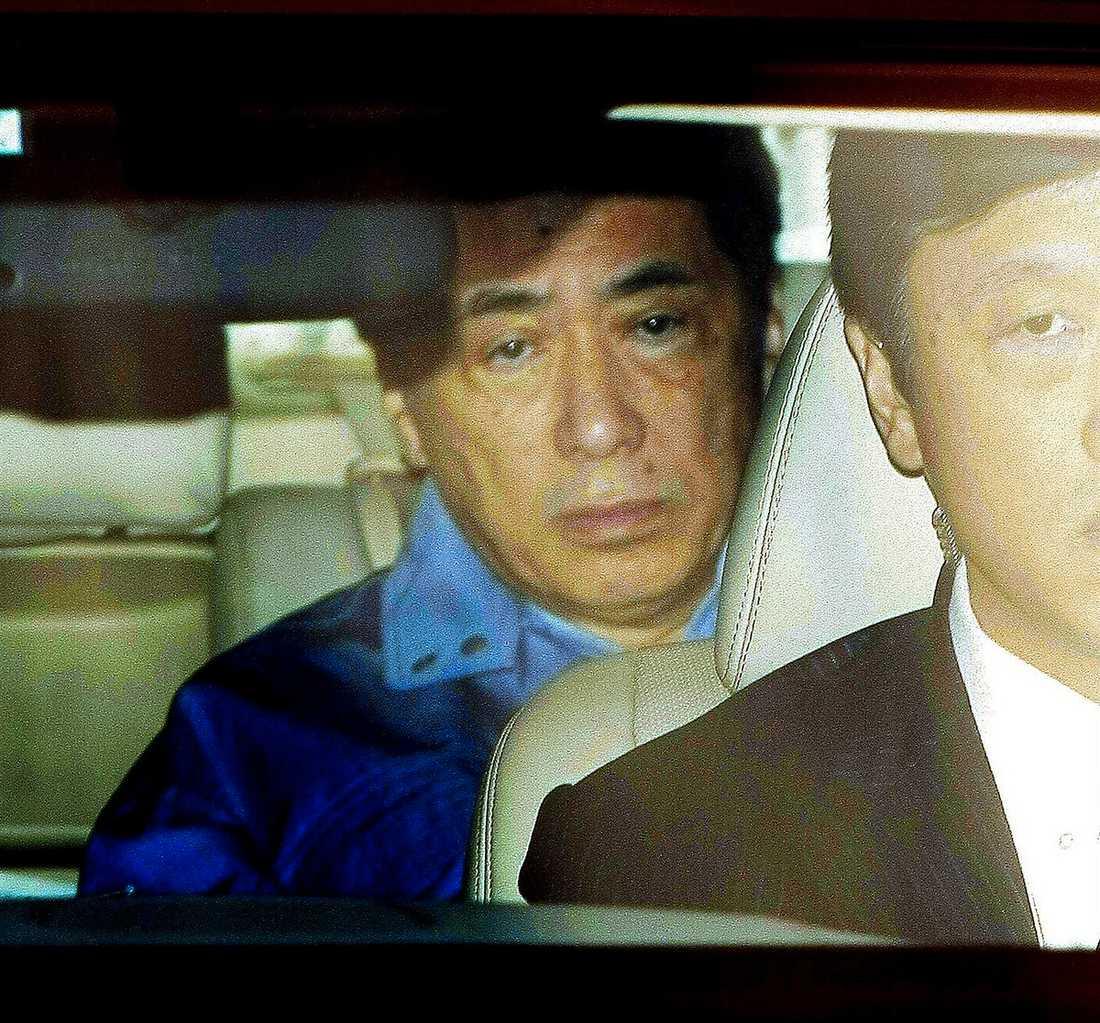 Premiärminister Naoto Kan lämnar Tepcos högkvarter.