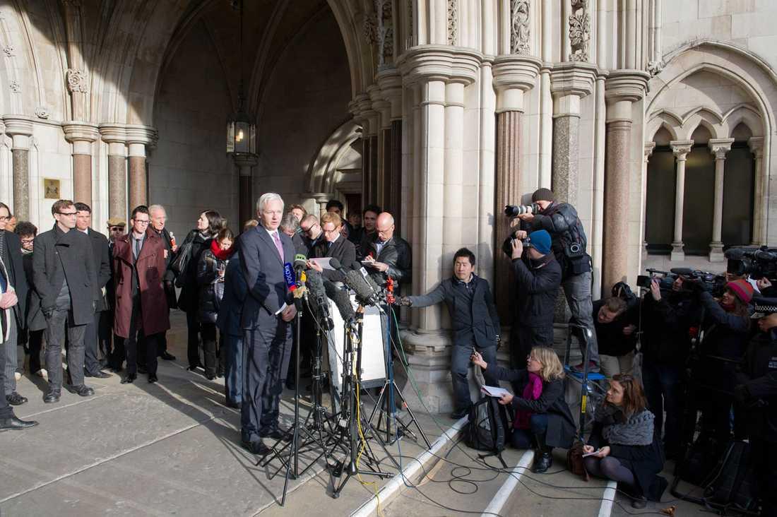 Julien Assange håller en presskonferens utanför rätten.