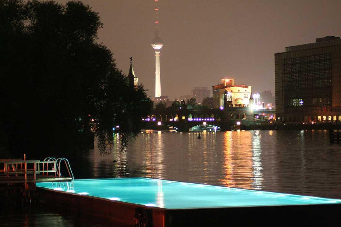 BADESCHIFF, BERLIN, TYSKLAND Flytande pool, gjord av skrovet på ett gammalt fartyg. Härlig utsikt mot det 368 meter höga tv-tornet på Alexanderplatz. Invid poolen finns en bar. Mer info: www.arena-berlin.de/badeschiff/