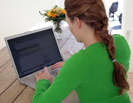 Kravet på att uppdatera bloggen blir ett stressmoment för många kvinnor under semestern.